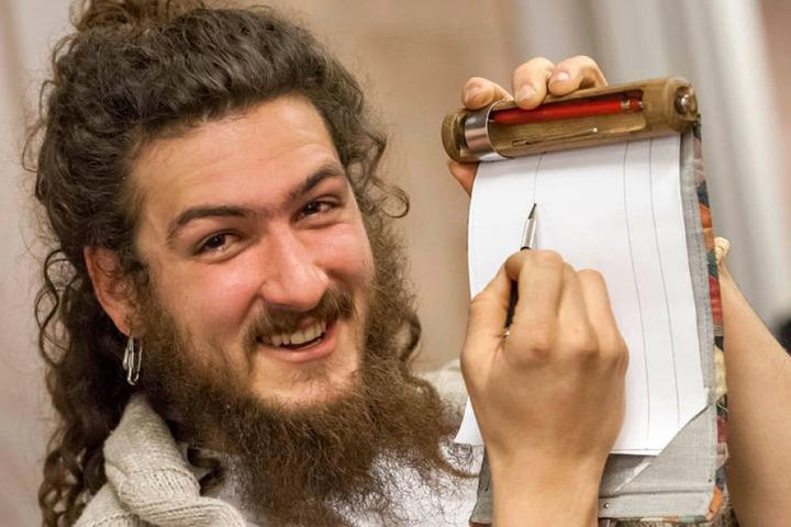 """Praktisch: Avo Costa (23) zeigt den Papierhalter aus Stoff und Holz der Firma  """"Rollgut""""."""