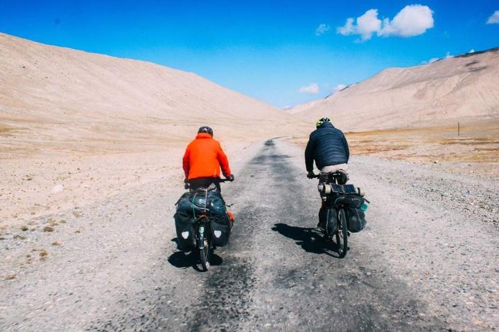 Bei über 50 Grad radelten die Abenteurer im Sommer durch die iranische Wüste in Richtung Provinzhauptstadt Esfahan.