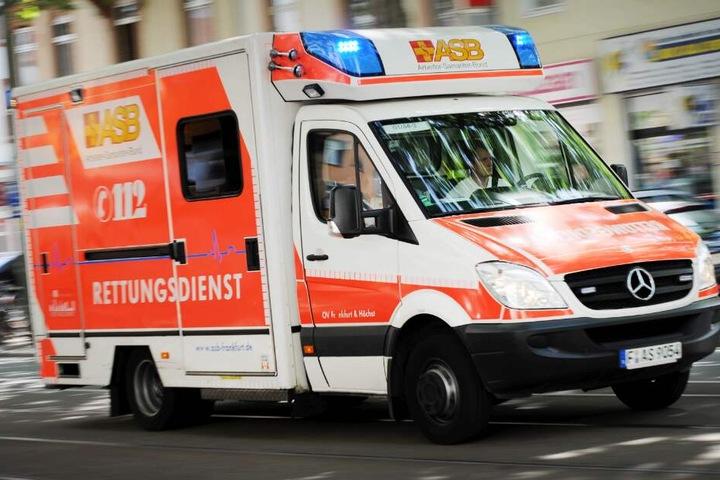 Mit einem Rettungswagen wurde das verletzte Mädchen ins Krankenhaus gefahren. (Symbolbild)