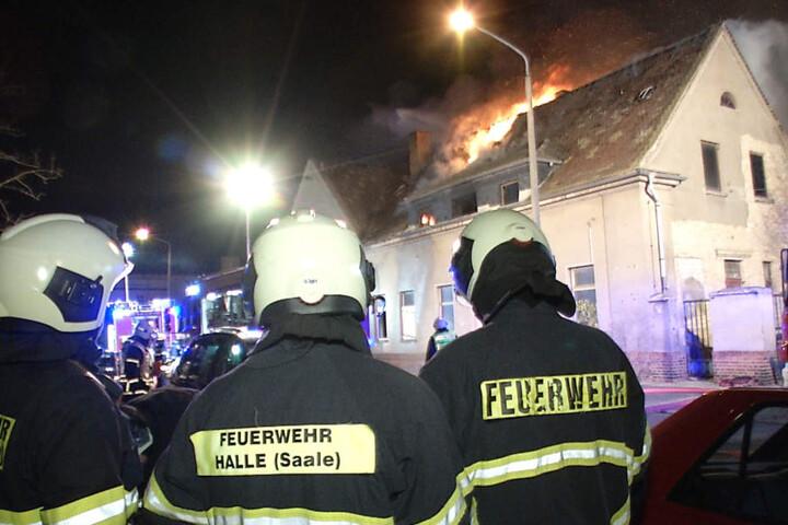 Die Flammen griffen auch auf ein nebenstehendes Gebäude über.