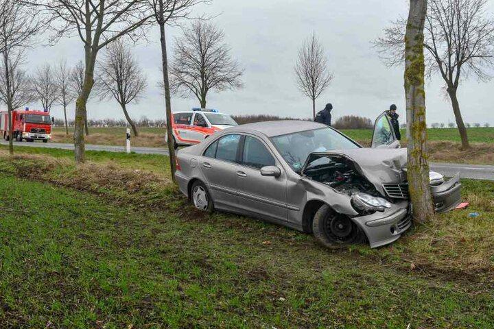 Auf gerader Strecke war das Fahrzeug frontal gegen einen Baum gekracht.