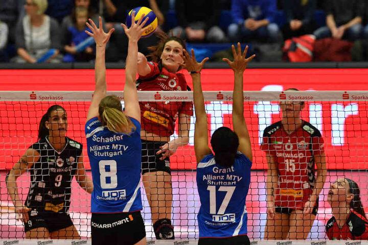 DSC-Topscorerin Liz McMahon greift beim 3:0-Heimsieg gegen Stuttgarts Julia Schäfer und Nia Grant an.