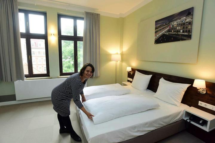 Hotel-Chefin Marlene Schweiger (37) zeigt eines der Zimmer.