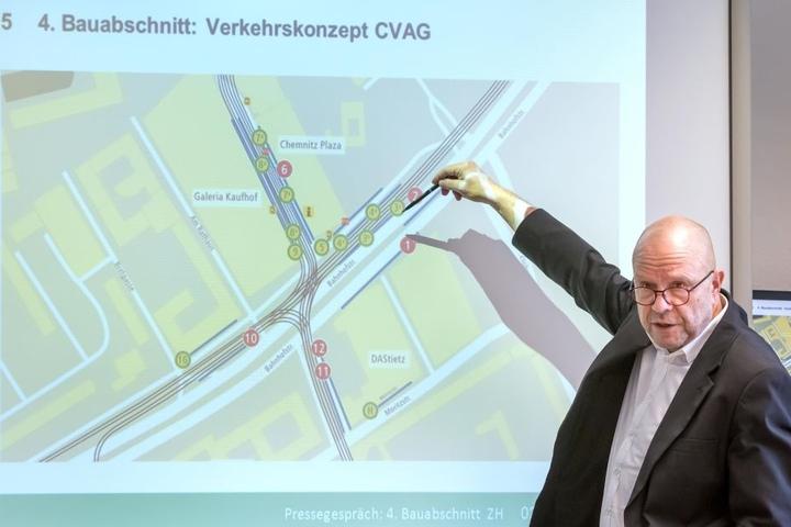 Schwere Kost: CVAG-Sprecher Stefan Tschök (60) erläutert die Fahrplanänderungen.