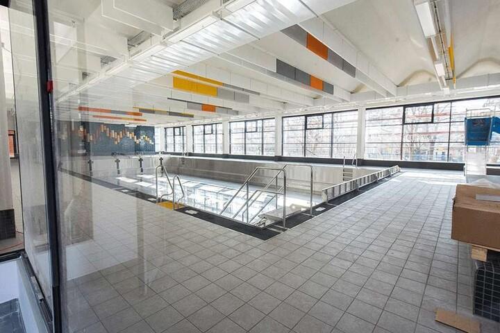 Die Sanierung der Schwimmhalle Gablenz dauert länger als geplant und wird teurer. Am 9. April soll laut Rathaus das Hallenbad wieder öffnen.