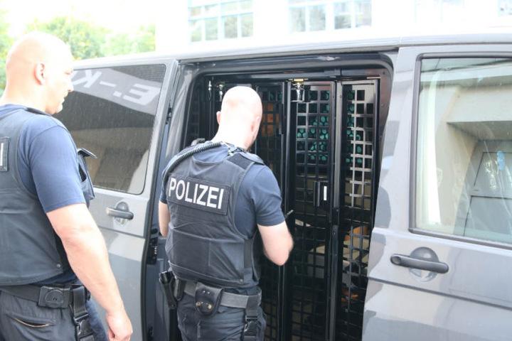 Razzia in Berlin und Brandenburg Polizei durchsucht 20 Wohnungen eines Schleuserrings