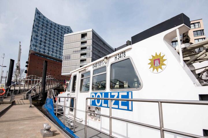Ein Boot der Hamburger Wasserschutzpolizei liegt am Hafen vor der Elbphilharmonie.