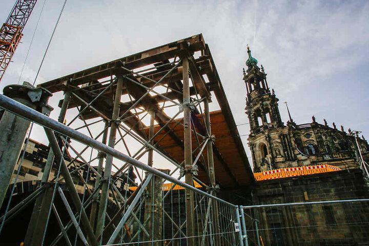 """Die hölzerne """"kleine Augustusbrücke"""" wird abgerissen."""