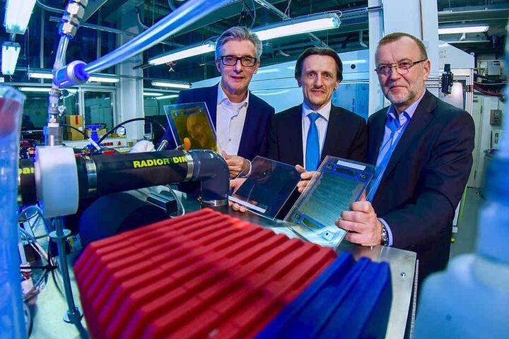 Forschung und Praxis an einem Strang: Professor Unwerth (M.) im Brennstoffzellen-Labor der TU mit Fuel-Cell-Powertrain-Chefs Achim Loecher (l.) und Thomas Melczer (r.).
