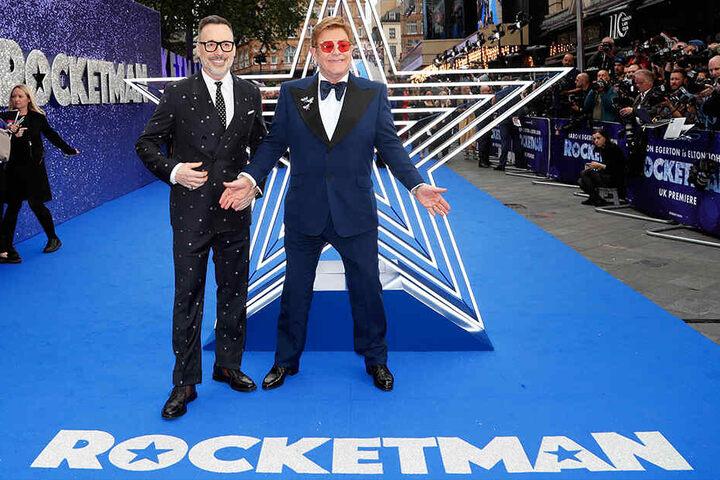 """Elton John (re) und sein Ehemann, der kanadische Regisseur David Furnish, kommen am 20. Mai 2019 zur Premiere des britischen Films """"Rocketman» im Odeon Luxe Kino in London."""
