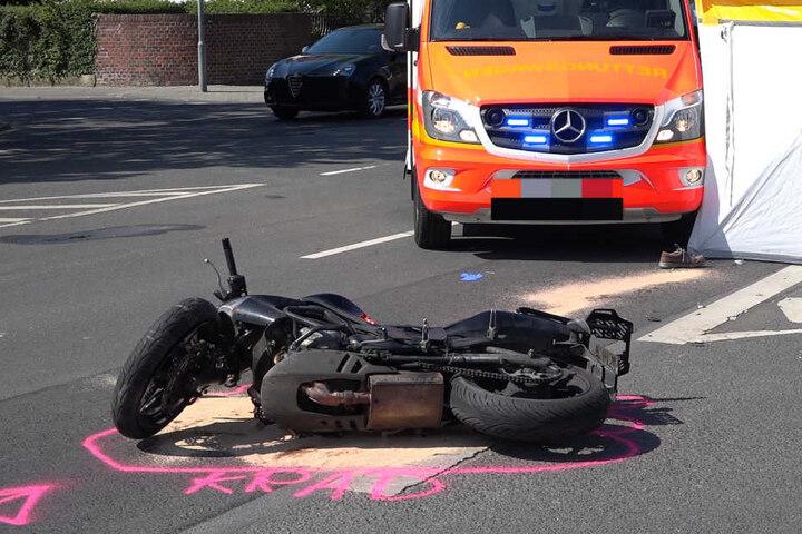 Unfallursache noch unklar Motorradfahrer kollidiert mit Lastwagen