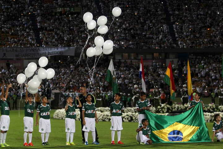 Für die Opfer stiegen weiße Luftballons in die Höhe.