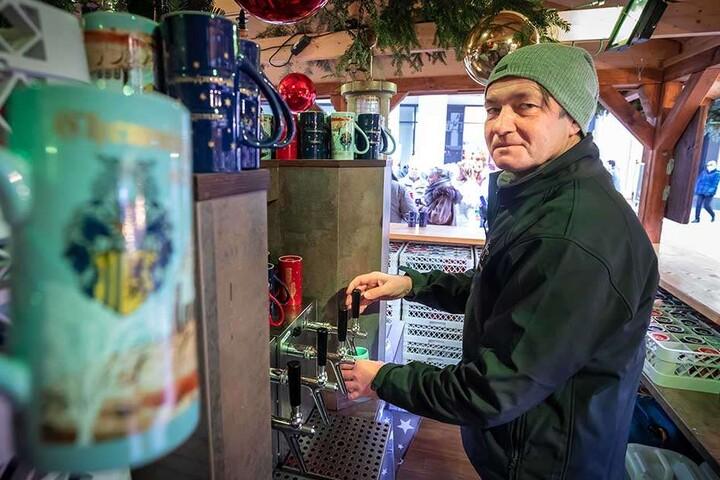 Glühwein geht immer - aber eben auch nicht so oft wie 2017. Händler Mike Fischer (52) schenkt für das Chemnitzer Turm-Brauhaus aus.