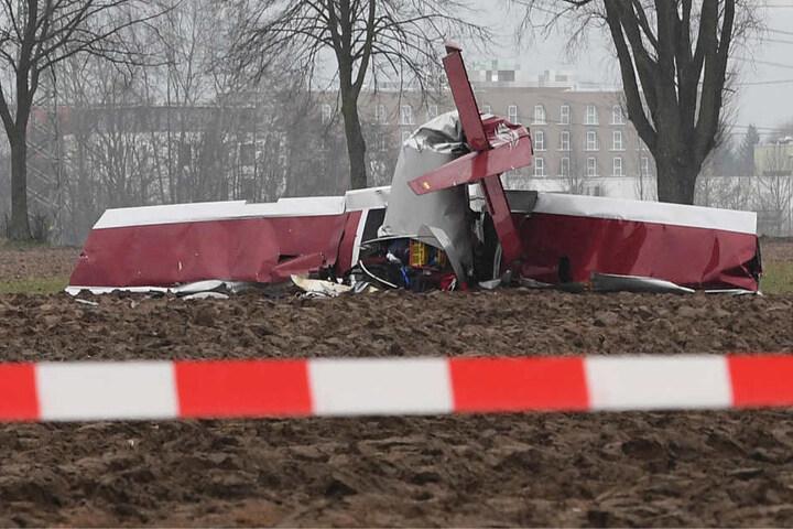 Das Flugzeug ging auf einem Feld unweit von einem Hotel nieder.