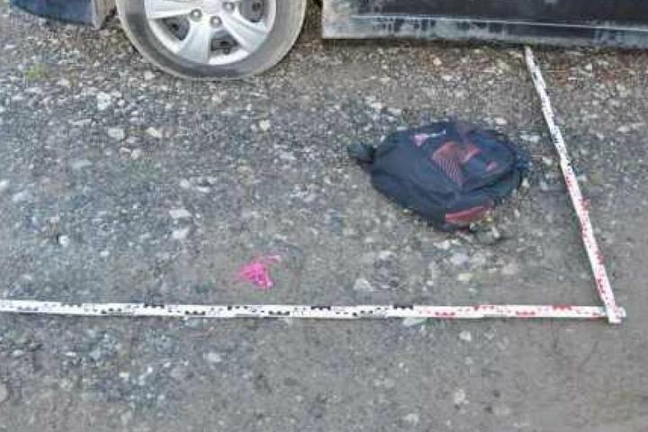 Wisst Ihr, wem dieser Rucksack gehört? Er wurde neben einem der Autos gefunden.