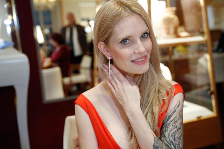 """Mirja du Mont moderiert die Hope Gala. 98.000 Euro kosten die Chopard-Ohrringe aus der """"Red Carpet""""-Kollektion."""