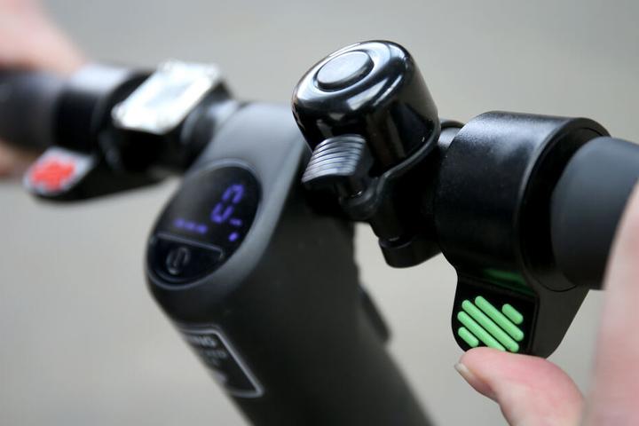 Die Geschwindigkeit eines E-Scooters kann per Knopfdruck bestimmt werden.