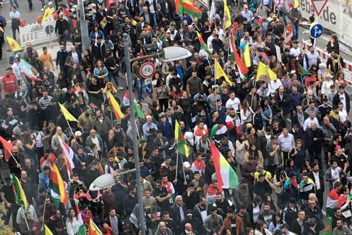Die Straßen (hier der Rotebühlplatz) wurden gesperrt, damit die Menschenmenge durchmarschieren konnte.