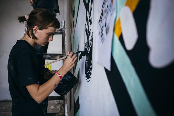 Bis zur Eröffnung arbeiten Künstler noch an der Vollendung ihrer Werke.