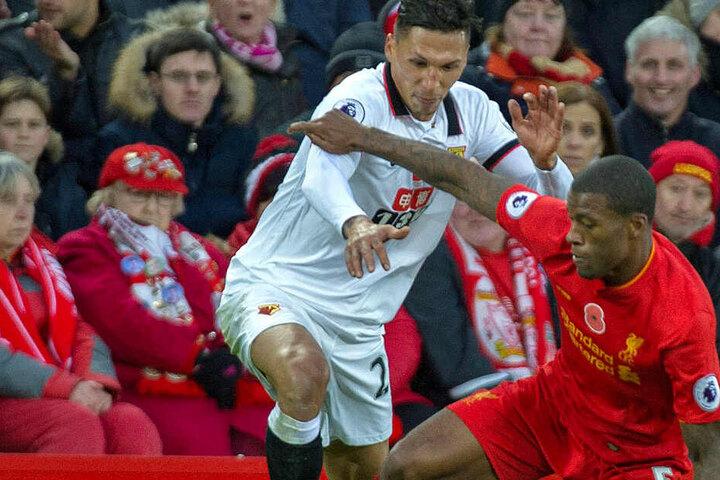 José Holebas (l.) vom FC Watford hat deutliche Kritik an der Fußball-Bundesliga geübt.