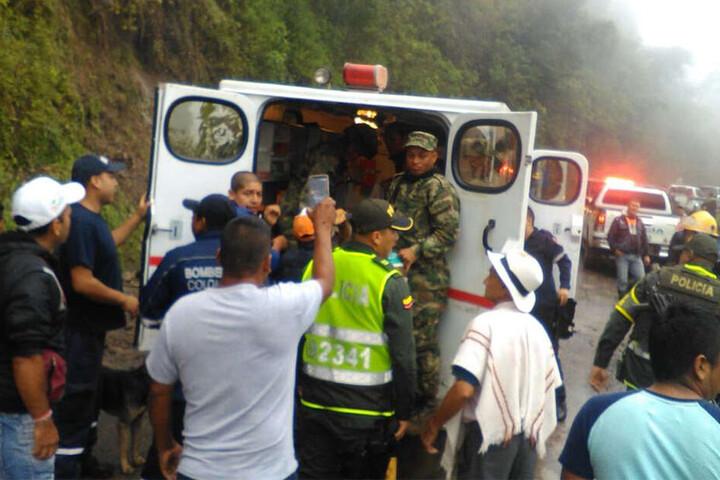 Rettungskräfte suchen in den Lehmmassen nach Überlebenden.