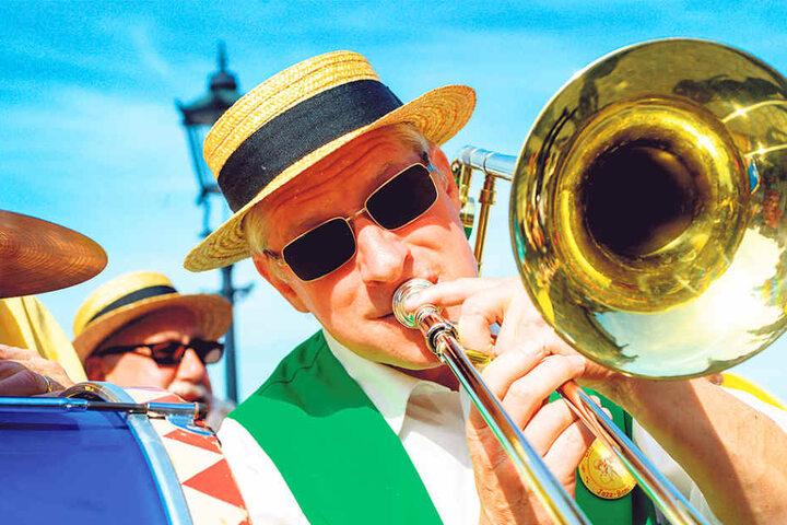 Man kann es fast hören: Bei der großen Parade am Sonntag sind die Musiker  ganz nah am Publikum.