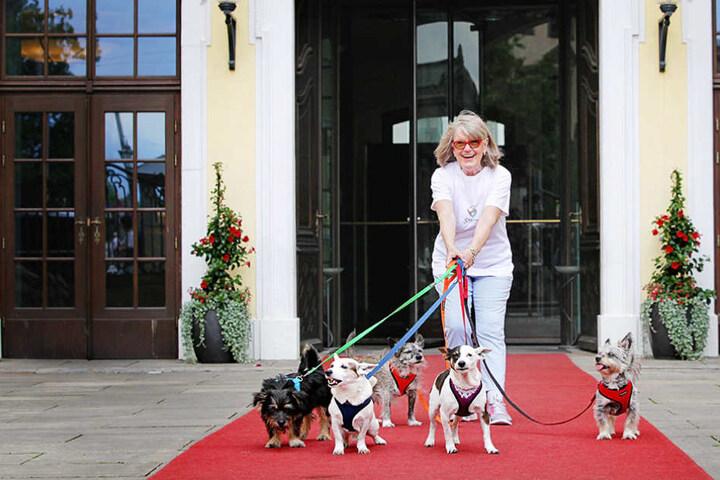 """Hotel-Testerin Reni Walther (73) mit ihrer """"Rasselbande"""" auf dem roten  Teppich des Kempinski Dresden."""