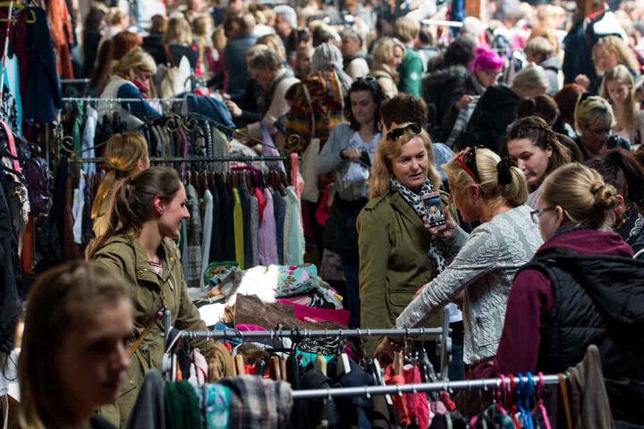 Beim Mädelsflohmarkt in Paderborn können die Ladies an diesem Abend ordentlich schicke Klamotten abgreifen. (Symbolbild)