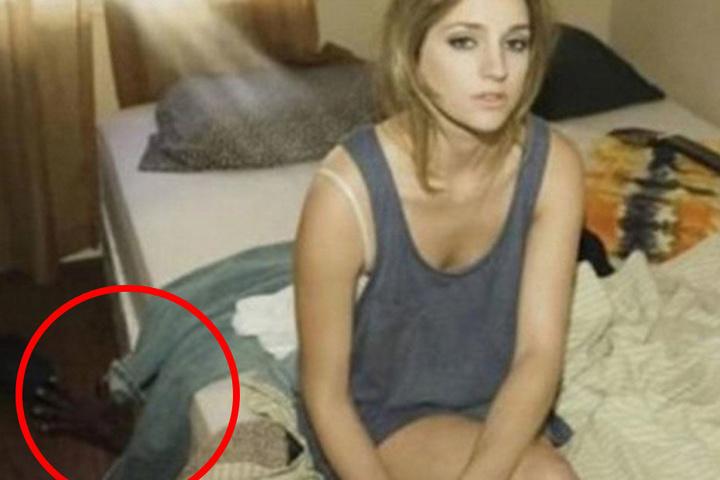 Unter dem Bett versteckt sich wohl der Liebhaber. Das erklärt dann auch den entspannten Schlafzimmerblick der Strohwitwe.