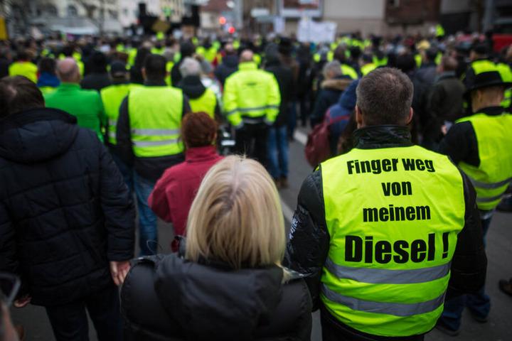 Demonstranten in gelben Westen bei einer Demonstration gegen Diesel-Fahrverbote am Neckartor.