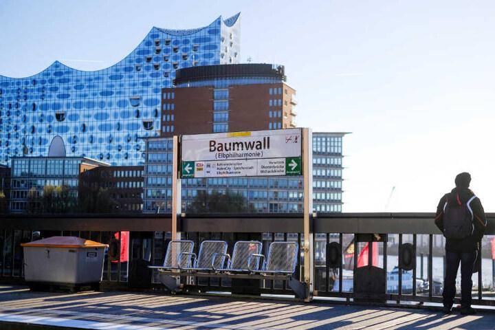 Die Haltestelle Baumwall bietet einen eindrucksvollen Blick auf die Elbphilharmonie und den Hamburger Hafen.
