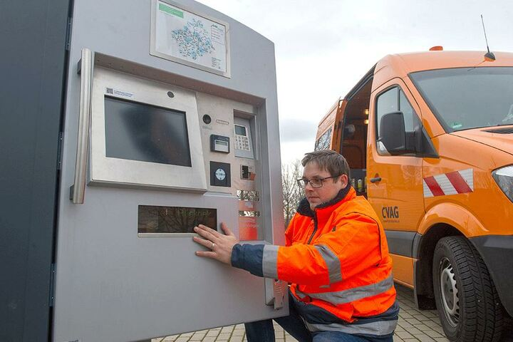 Besser verrammelt als gesprengt: CVAG-Mitarbeiter Tobias Saße (34) verschließt die Klappe eines Fahrscheinautomaten.