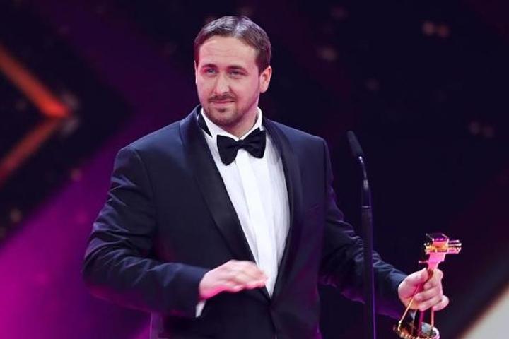 Ein Double der Hollywood-Größe Ryan Gosling hatte die Goldene Kamera entgegengenommen.