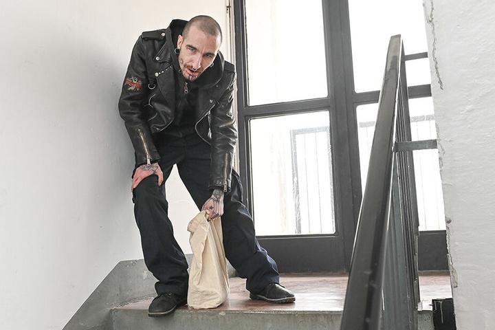 Dieser Hausbewohner lehnt schnaufend an der Wand, sammelt Kraft für den Aufstieg in den 15. Stock.