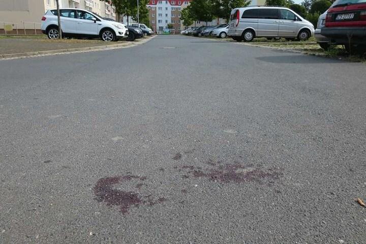 Tatort Torgau: Auch Tage danach zeigte der große Blutfleck noch vom dramatischen Geschehen Samstagnacht.