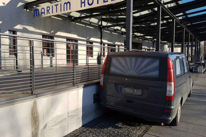 Der Leichenwagen steht direkt vorm Maritim Hotel Dresden.