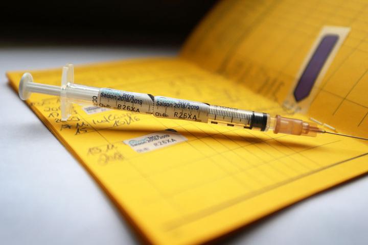 Am Tag der Grippe-Impfung müssen die Geimpften mit schwachen Erkältungs-Symptomen rechnen.