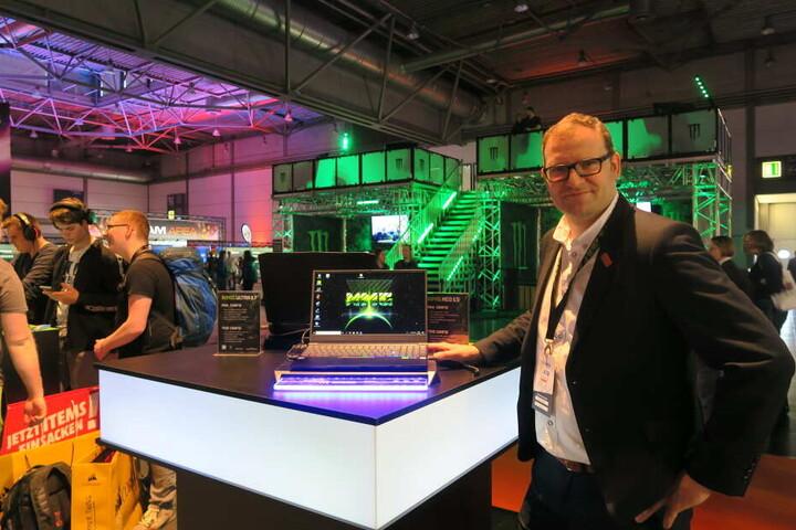 Robert Schenker, Geschäftsführer von Schenker/XMG mit einem der neuen Laptops des Unternehmens.