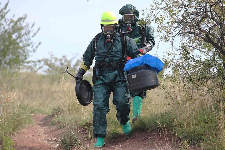Mit Schutzanzügen erkundeten die Einsatzkräfte der Feuerwehr die gefundenen Behälter.