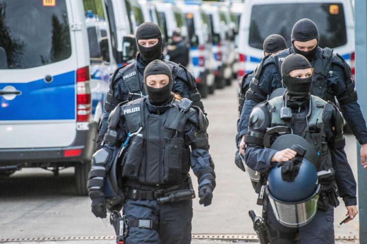 Die Polizisten sind in schwerer Schutzmontur vor Ort.