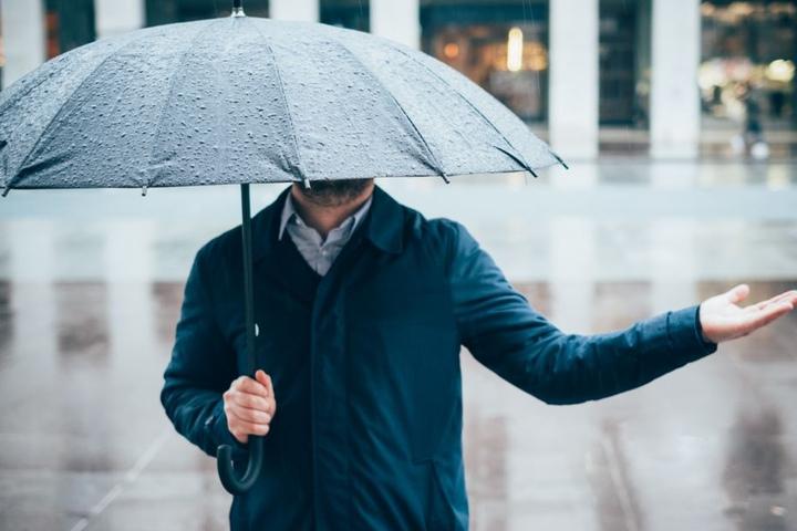 Der Regenschirm ist auch an diesem Wochenende Euer bester Freund.