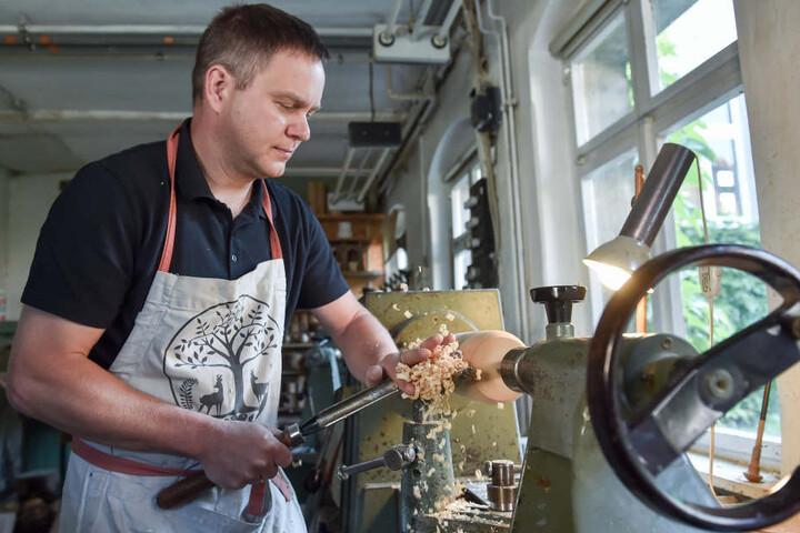 Drechsler Daniel Baumann (45) in seiner Werkstatt. Die befindet sich im Geburtshaus von Schauspiellegende Gert Fröbe, Baumanns Großonkel.