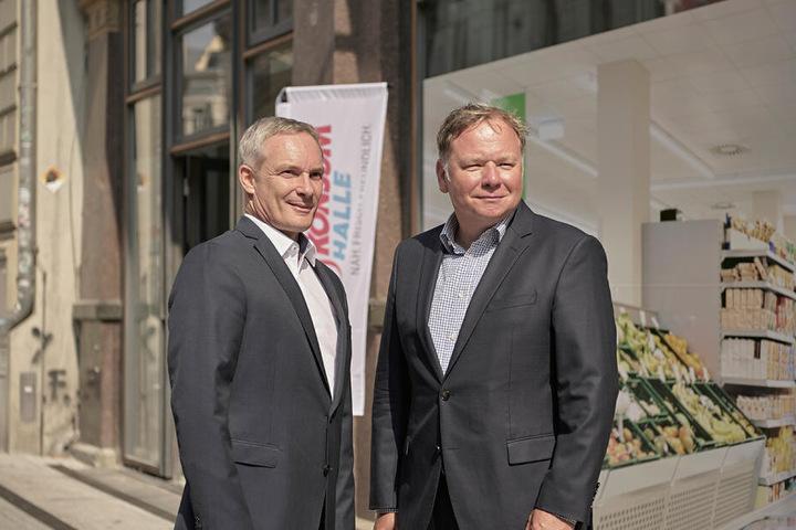 Die Vorstände der Konsum Leipzig eG, Michael Faupel (li.) und Dirk Thärichen vor der neuen Filiale in Halle.