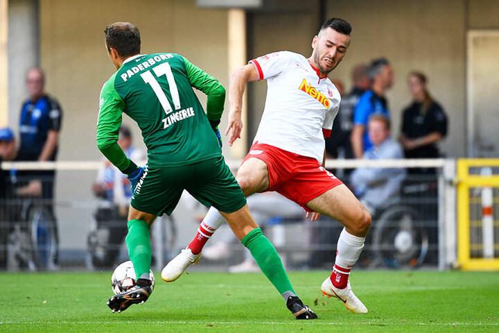 Sorgte mit dieser Aktion für Herzflattern bei den SCP-Fans: Torhüter Leopold Zingerle (l.) lässt Jahn-Stürmer Sargis Adamyan (r.) aussteigen.