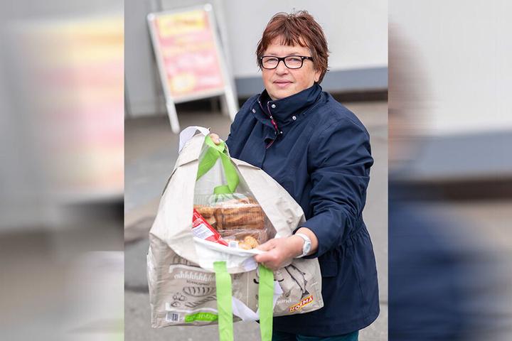 """Antonia Skrebba (65), Rentnerin: """"Ich kannte das Geschäft aus dem Fernsehen. Darum habe ich gleich alles gefunden. Gebäck, Smoothies, ein Glas Wurst, Strohhalme und ein Besen haben nur 16 Euro gekostet. Das ist billig."""""""