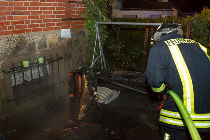 Das Sofa hatte Feuer gefangen und wurde nach draußen gebracht und gelöscht.
