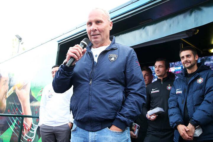 Helge Leonhardt hielt vor und nach dem Fürth-Spiel zwei flammende Reden, die für viel gute Laune sorgten.