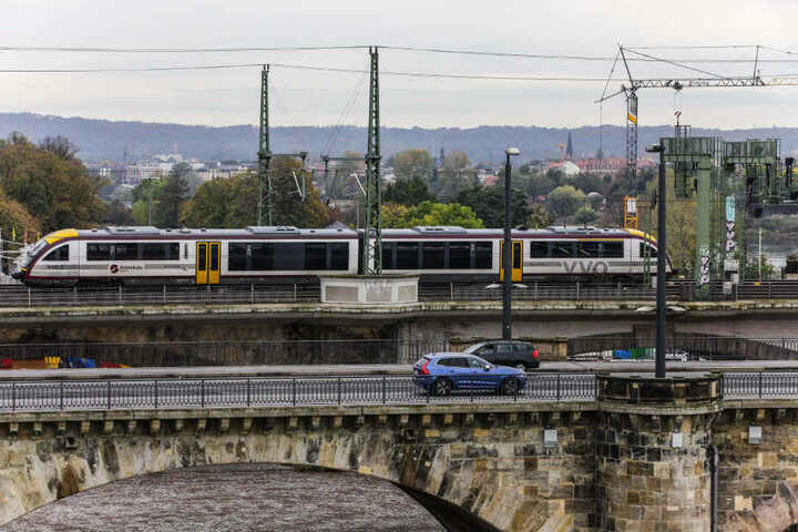 Die Städtebahn auf der Dresdner Marienbrücke.