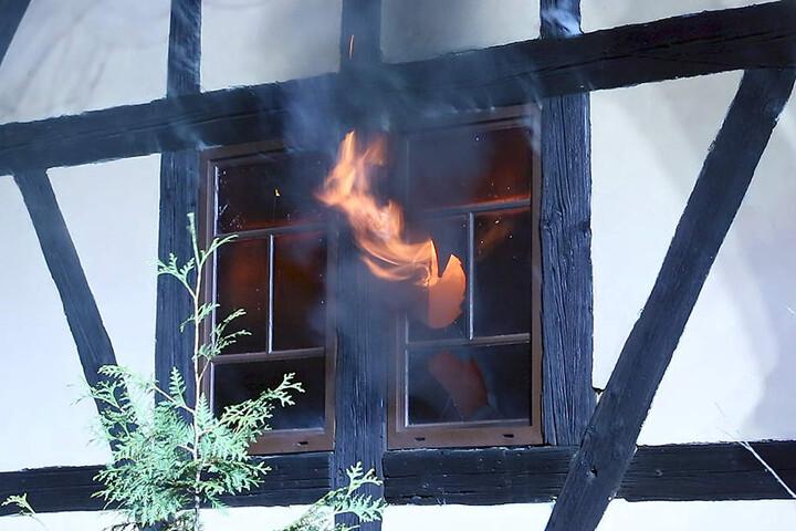 Gleich an mehreren Stellen loderten die Flammen in Lutz Bachmanns (44) altem Büro.