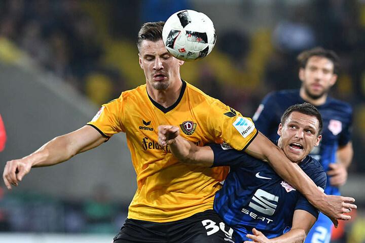 Dynamos Held behielt immer den Kopf oben! Stefan Kutschke klärte vor Mirko Boland.